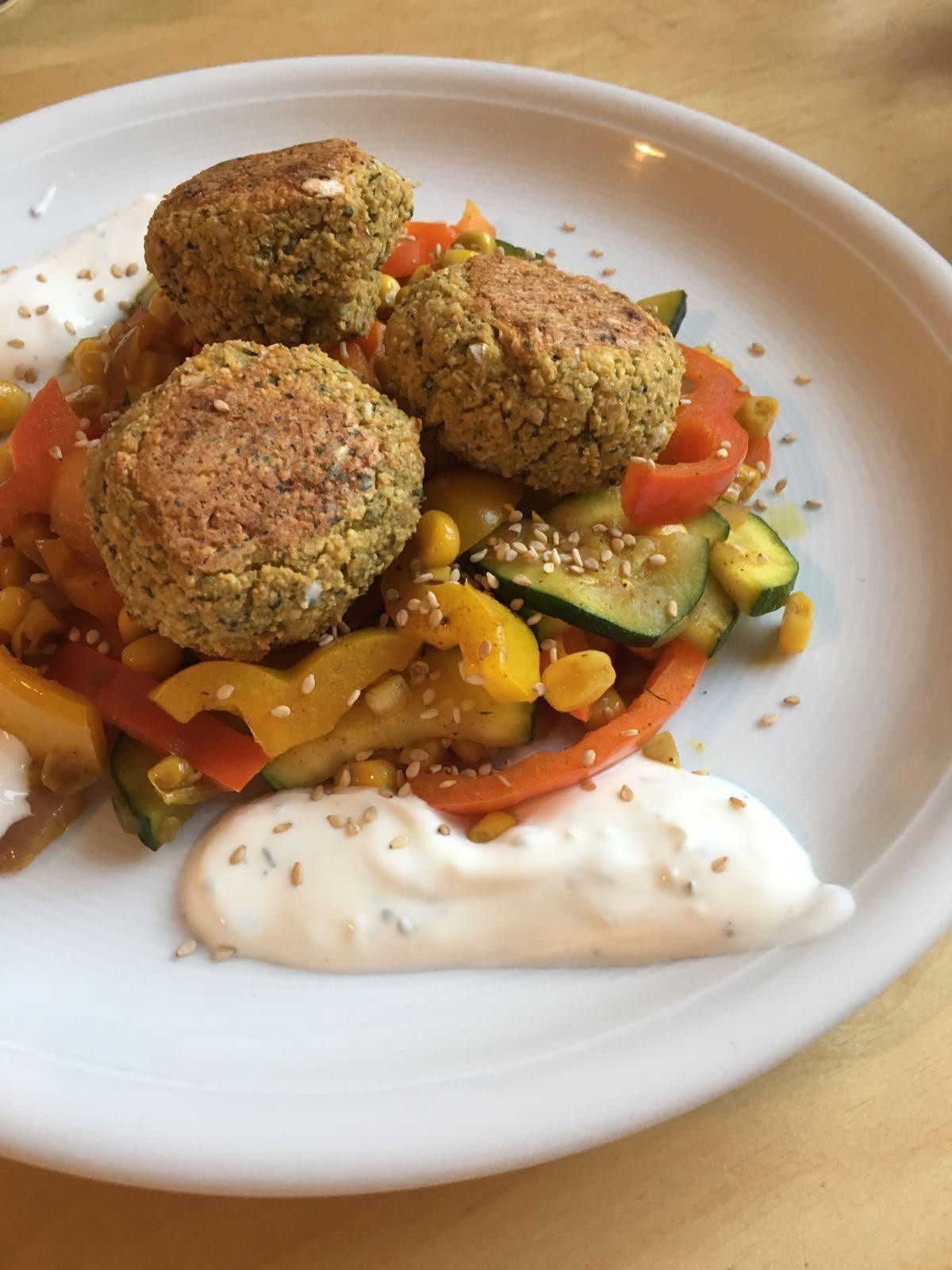 Falafel (aus dem Ofen, nicht frittiert) mit Gemüse in 35 Minuten