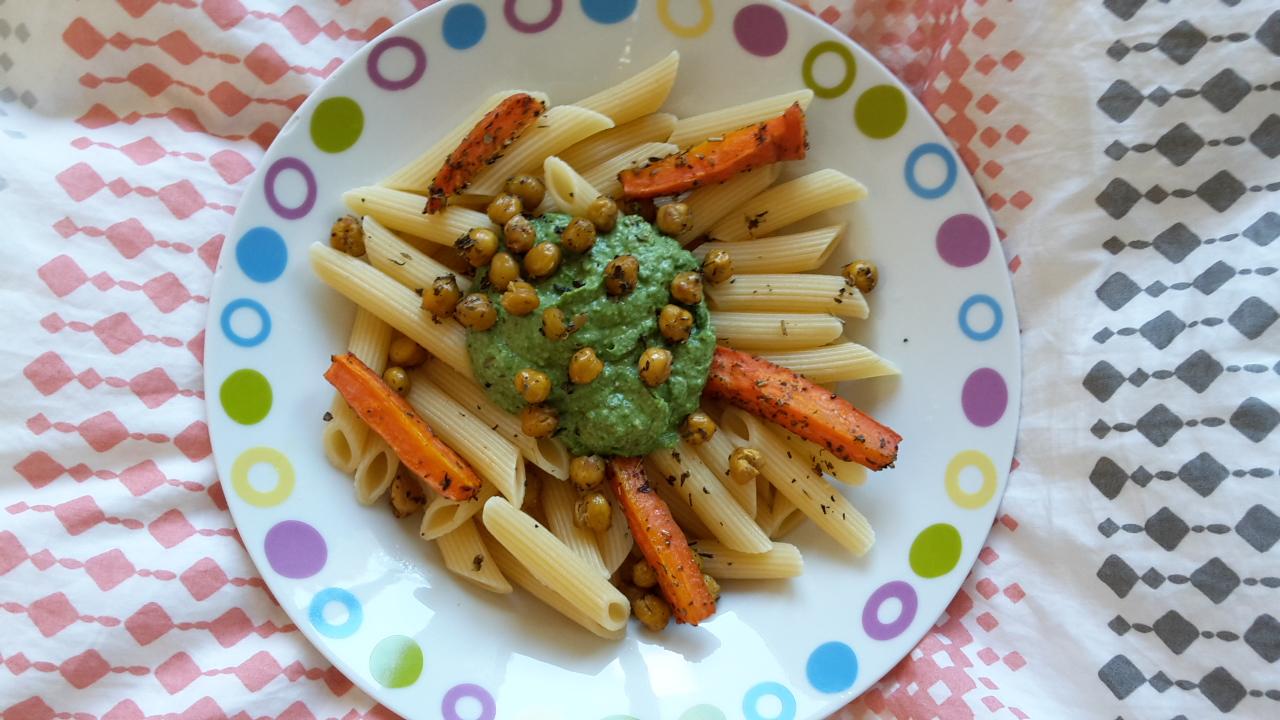 Rezept: Nudeln mit Spinat-Avocado-Mandel-Pesto & gerösteten Kichererbsen-Topping
